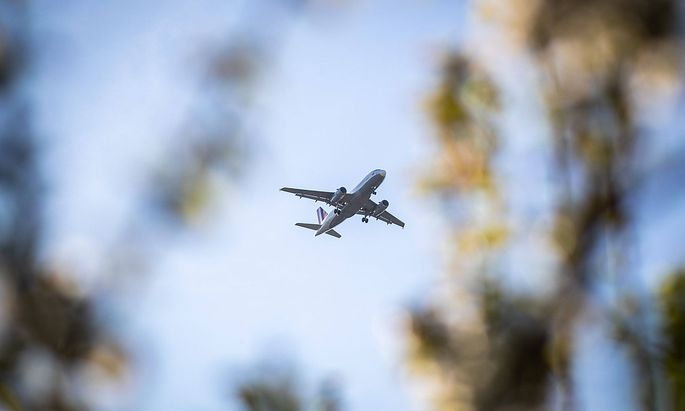 Einer der wenigen Anfluege auf den Flughafen Berlin Tegel waehrend der Corona Krise. Ein Airbus A319-132 mit der Flugnumm