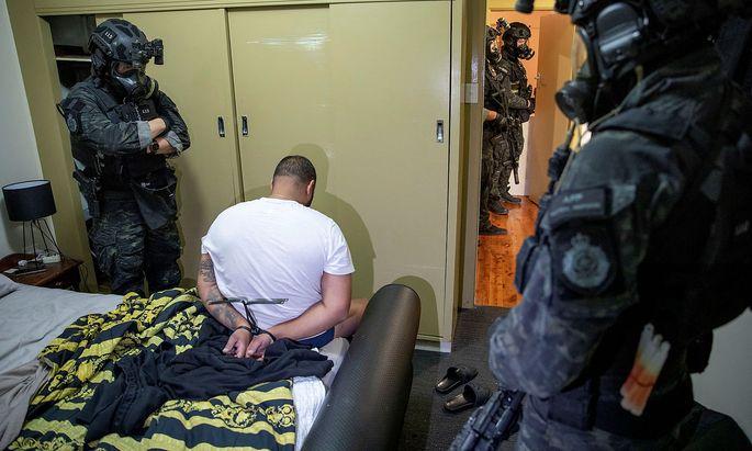 """Die australische Polizei verhaftet einen Verdächtigen im Zuge der """"Operation Ironside""""."""