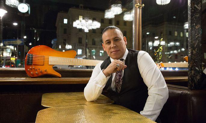 In Kolumbien geboren, lebt und arbeitet der Bassist Juan García-Herreros seit Jahren in Wien und der Steiermark.