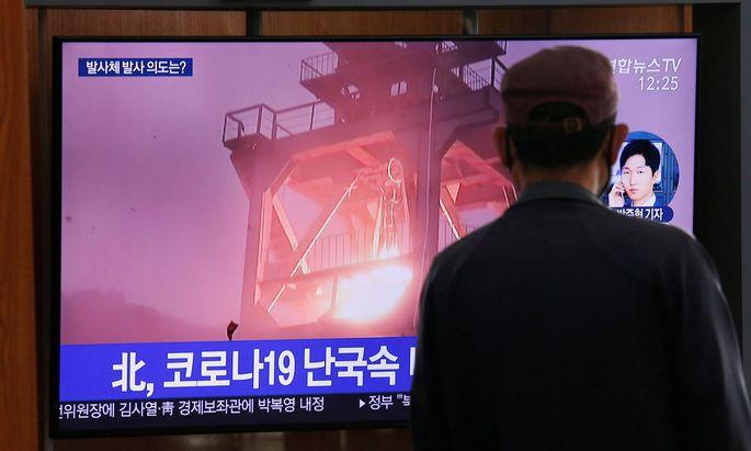 In einem Bahnhof im südkoreanischen Seoul wird eine Nachrichtensendung gezeigt, die über die neuerlichen Tests in Nordkorea berichtet.