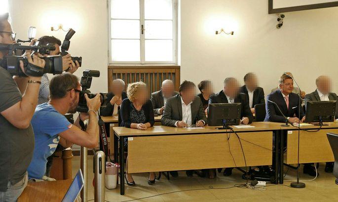 Der Villacher Bürgermeister Günther Albel (SPÖ) (2.v.r.) und weitere Angeklagte