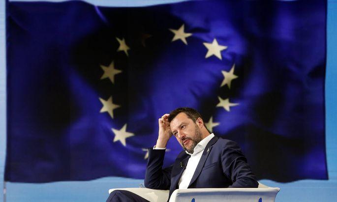 Vizepremier Matteo Salvini bietet der EU die Stirn: Trotz des drohenden Defizitverfahrens will er nicht auf versprochene Steuersenkungen verzichten.