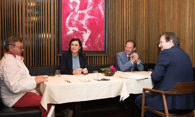 """Wirt Harald Brunner, Ministerin Elisabeth Köstinger, WKÖ-Obmann Mario Pulker und """"Presse""""-Redakteur Gerhard Hofer beim """"Lokalaugenschein""""."""