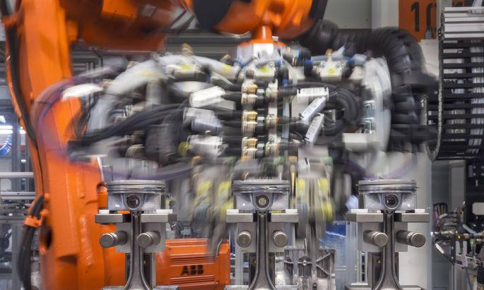 Ein Roboter arbeitet am 19 06 2017 an Kolben auf einer Montagelinie im Motorenwerk der Volkswagen Sa