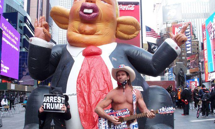 """""""Sperrt Trump ein""""-Plakate und ein Ständchen eines Fans. Gegner und Anhänger des scheidenden Präsidenten in New York."""