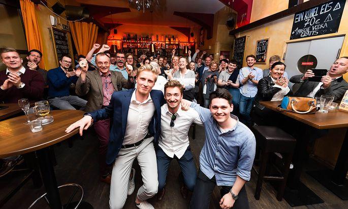 """Die Gründer von Warrify feierten nach ihrem Auftritt bei """"2 Minuten 2 Millionen"""" in einem Wiener Lokal."""