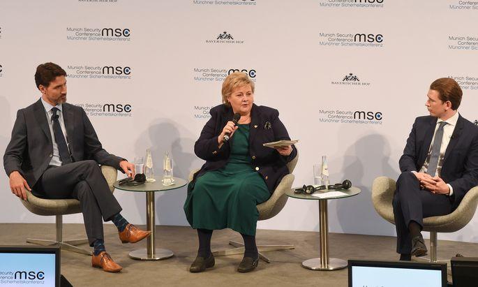 Justin Trudeau und Sebastian Kurz nehmen Erna Solberg, die norwegische Ministerpräsidentin, bei einer Podiumsdiskussion in München in die Mitte.