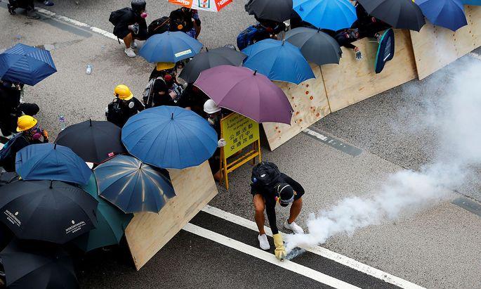 Massenprotest gegen Bevormundung aus Peking. In Hongkong gehen seit Wochen Hunderttausende Menschen auf die Straße. Immer wieder kommt es zu gewalttätigen Auseinandersetzungen mit der Polizei.