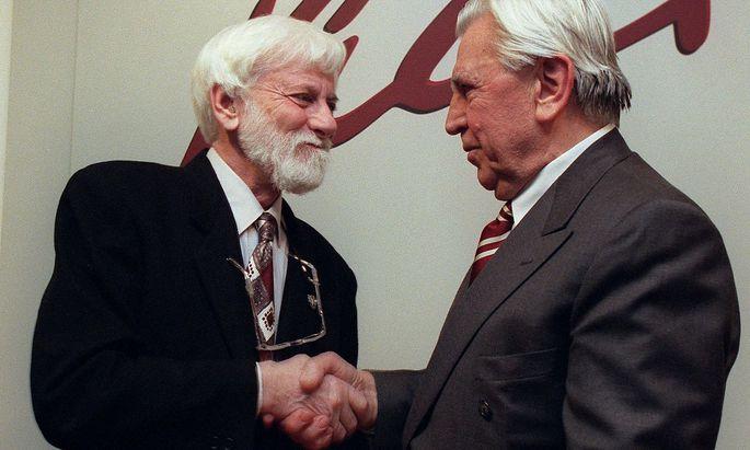 Avnery (links) bei der Überreichung des Bruno-Kreisky-Preises Anfang 1998 in Wien