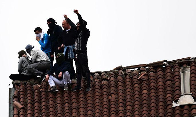 Gefängnisinsaßen auf dem Dach des Gefängnisses San Vittore in Mailand.