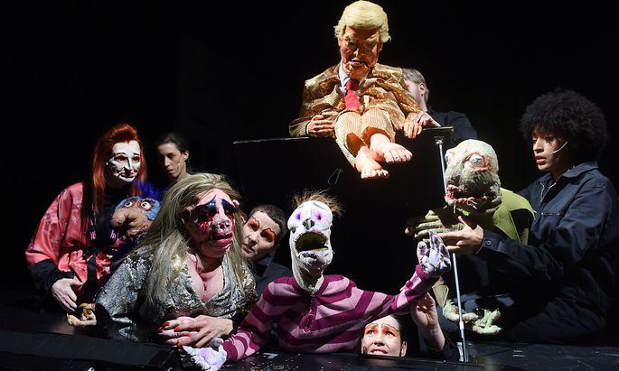 """Muppet-Revival mit Elfriede Jelinek als Puppe (links hinten): """"Am Königsweg"""" im Landestheater Niederösterreich in St. Pölten in der Regie von Puppenmeister Nikolaus Habjan."""