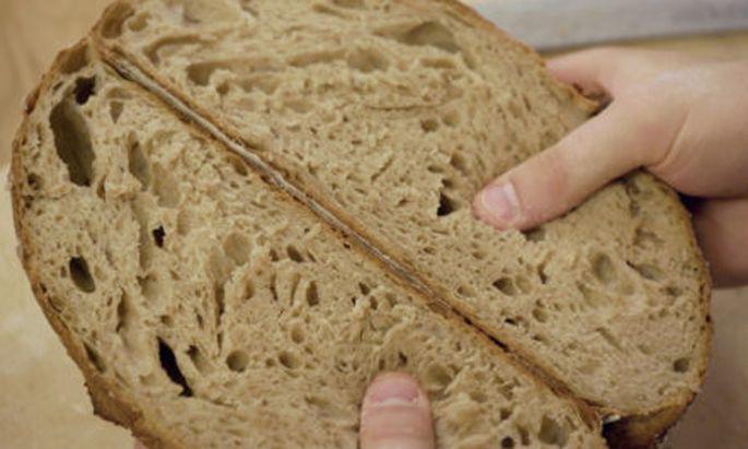 """Einladung, sich zu vertiefen: ein Bild aus Harald Friedls Film """"Brot""""."""