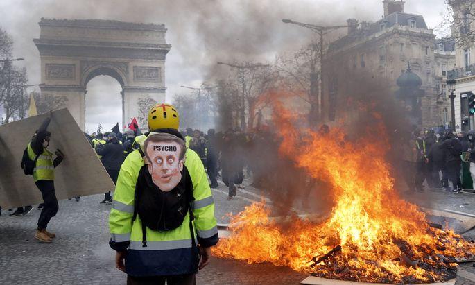 Auf der Avenue des Élysées brannten Barrikaden. Mehrere Geschäfte, eine Hugo-Boss-Boutique und ein Juwelier, wurden geplündert, das bekannte Luxusrestaurant Fouquet's durch Brandstiftung weitgehend verwüstet.
