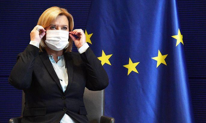 Eva Hoegl bei der Uebergabe des Jahresberichts 2020 der Wehrbeauftragten an Bundestagspraesident Schaeuble im Reichstagsgebae