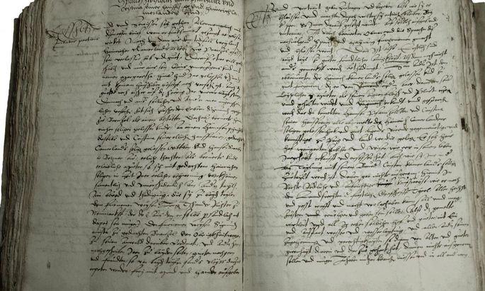 Die ersten beiden von insgesamt fünfeinhalb Seiten eines Ehevertrags, dokumentiert in einem Verfachbuch.