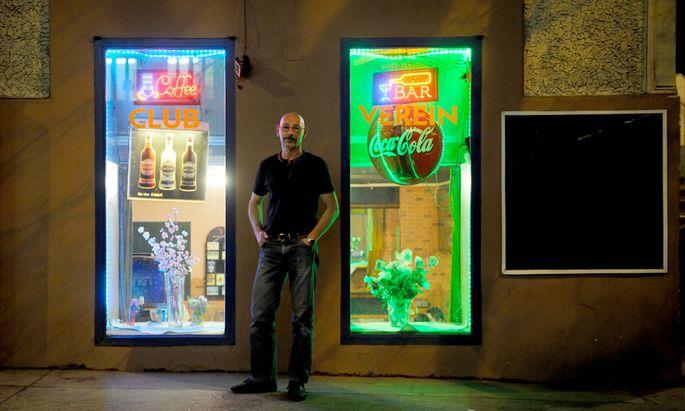 """Thomas Huber vor dem Café """"Einfach so"""" in Währing, in dem er vorübergehend als Kellner jobbt."""