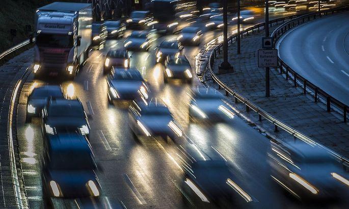 Hohe Verkehrsdichte auf der Berliner Stadtautobahn A100 nahe der Autobahnausfahrt Kurfuerstendamm B
