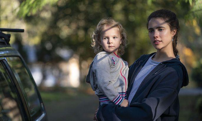Alex verlässt den Vater ihres Kindes und landet damit rasch in der Armut.
