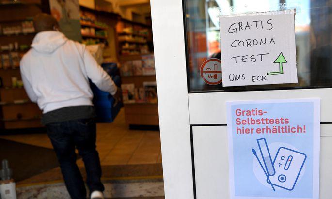 Symbolbild: Hinweis auf kostenlose Corona-(Selbst-)Tests in Apotheken