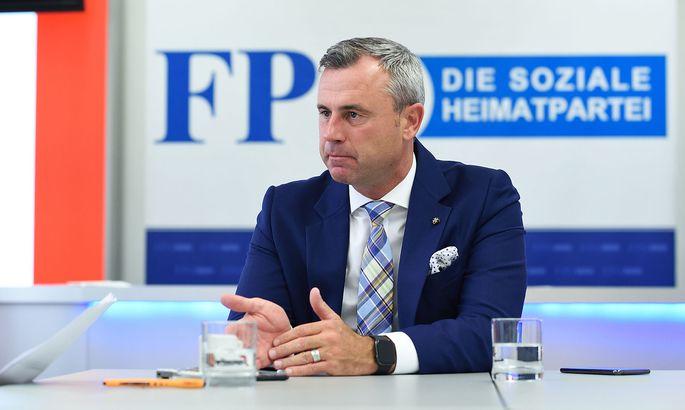 Norbert Hofers Büro ist noch nicht fertig eingerichtet, das Interview findet daher im Medienraum des Klubs statt.