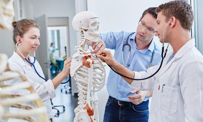 Medizinische Kenntnisse werden zunehmend auch an Privatunis vermittelt.