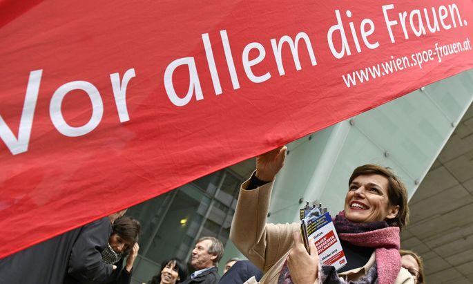 SPÖ-Chefin Pamela Rendi-Wagner verteilte am Mittwoch in Wien-Mitte Flyer für das Frauenvolksbegehren.
