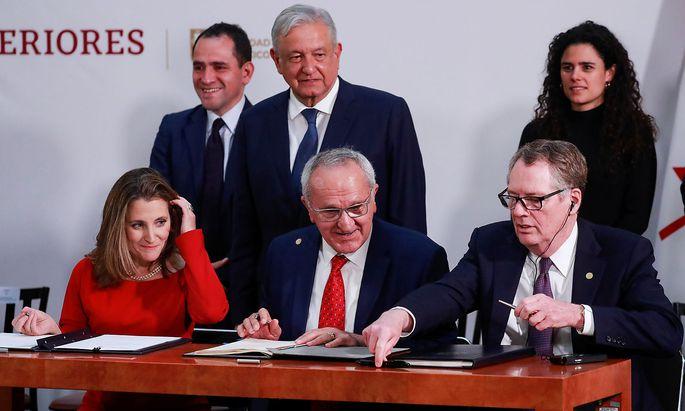 Kanadas Viza-Premierministerin Chrystia Freeland, der mexikanische Präsident Andres Manuel Lopez Obrador und der US-Handelsminister Robert Lighthizer unterzeichneten das neue USMCA-Abkommen.
