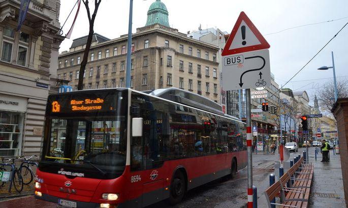 Abenteuerliche Schilder und ein Bus, der durch die Mariahilfer Straße fährt - nun wurde die Route geändert.