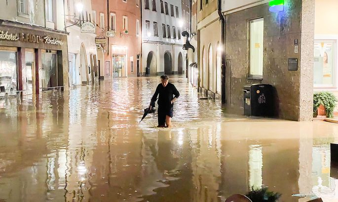Das Hochwasser in der Altstadt von Hallein in der Nacht vom 17. Juli 2021 .