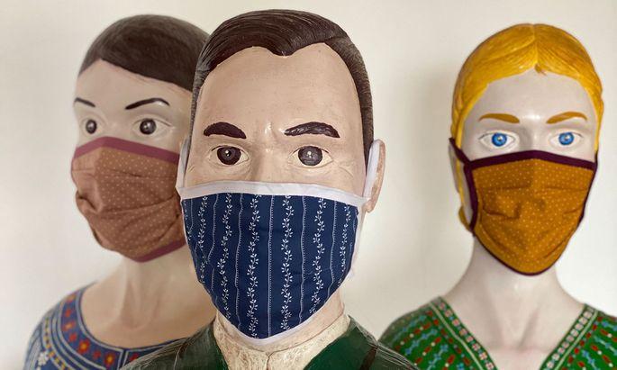 Die Firma Tostmann produziert medizinische Mehrwegmasken für das Textilunternehmen Goldhauben Webe. Für eigene Kunden und in kleinerer Auflage gibt es Masken aus Dirndlstoff.