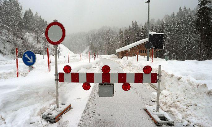 Die Zufahrt nach Balderschwang, wo eine Lawine ein Hotel traf, war am Wochenende gesperrt.