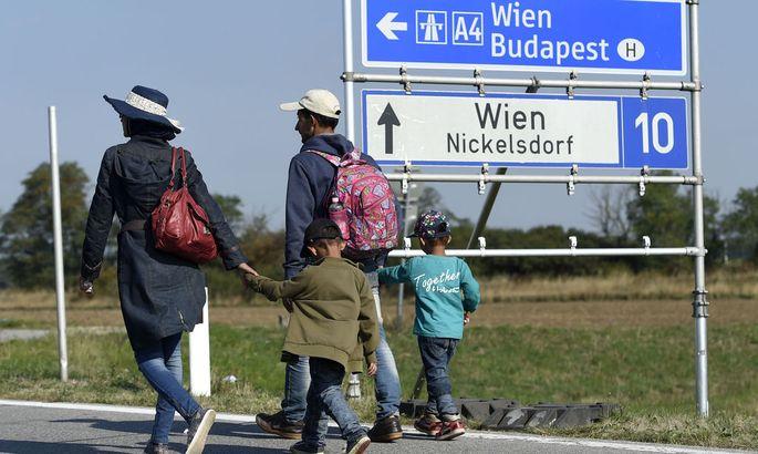 Flüchtlinge in Richtung Nickelsdorf.