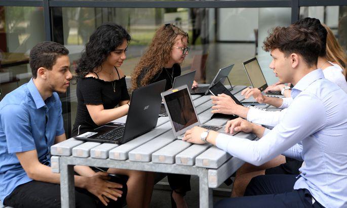Schüler mit Laptops in einer Schule in Wien vor dem Besuch von Kurz und Faßmann zur Präsentation der Digitaloffensive.