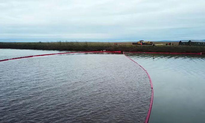 Helfer versuchen die Ölpest im russischen Norden einzudämmen