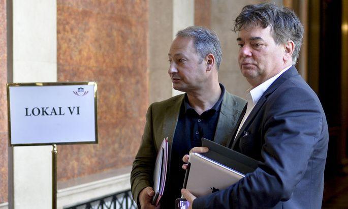 Andreas Schieder (l., SPÖ) und Werner Kogler (Grüne) am Weg zum Hearing