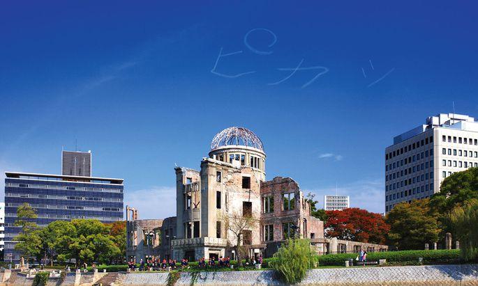 Tabu. Chim Pom provozieren mit Arbeiten wie hier über dem Friedensdenkmal in Hiroshima.