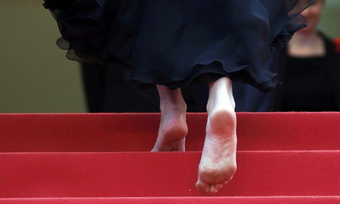Barfuß in Cannes. Julia Roberts zeigt, was sie von der angeblichen Regel hält, dass Frauen auf dem roten Teppich High Heels tragen sollen. Sie zog ihre aus.