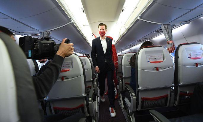 Archivbild: AUA-Chef Alexis von Hoensbroech beim Neustart der Austrian Airlines nach der coronabedingten Pause am 15. Juni. Seine Fluglinie geriet nun wegen der Boni für ihre Führungskräfte in die Kritik.