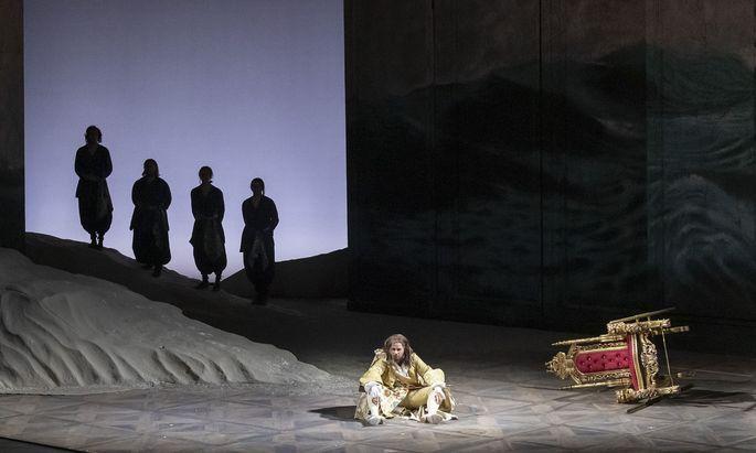 Rupert Enticknap entwickelt sich als Kronprinz Oronte vom über die Bühne schlurfenden Melancholiker im Königsmantel zum echten Zornbinkerl.
