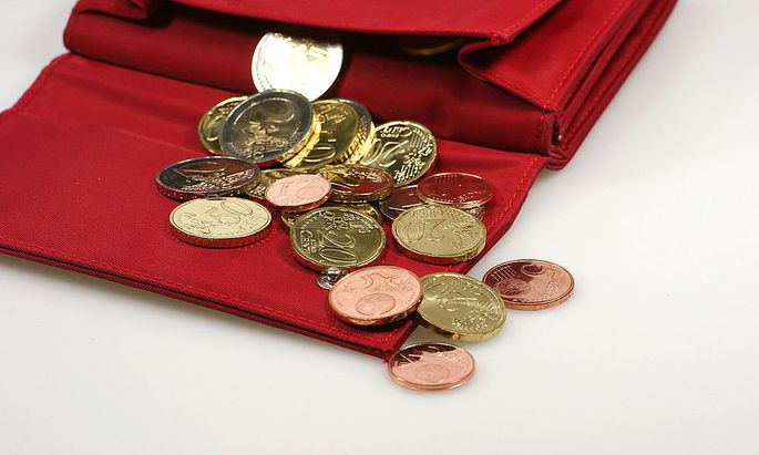 rotes Portemonnaie mit Muenzen - red purse with coins
