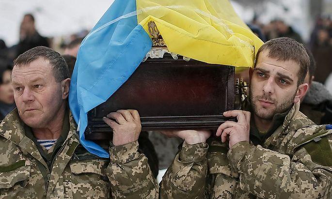 Sergiy Nikonenko wird zu Grabe getragen. Der ukrainische Soldat starb bei den Kämpfen um Luhansk. Kiew zieht weitere Männer in die Armee ein.