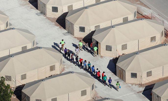 Kinder und Jugendliche auf dem Weg in ihre provisorische Unterkunft in Texas nahe der mexikanischen Grenze. US-Behörden trennten sie zuvor von ihren Eltern.