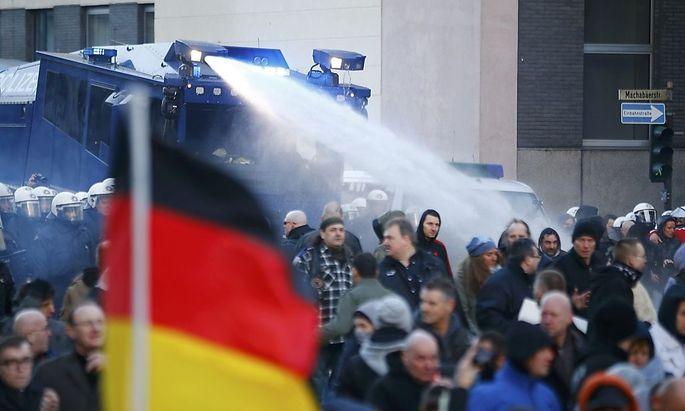 Die Polizei setzte Wasserwerfer und Pfefferspray ein.