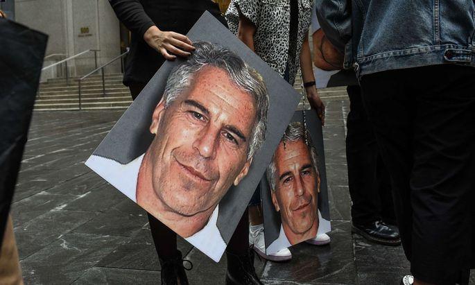 Plakate mit dem Konterfei von Jeffrey Epstein