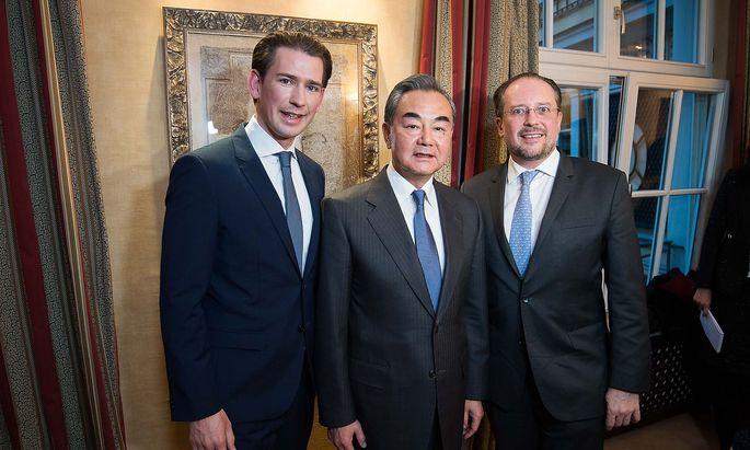 Kanzler Kurz, Chinas Außenminister Wang Yi und Außenminister Schallenberg bei ihrem Treffen in München am Freitagabend.