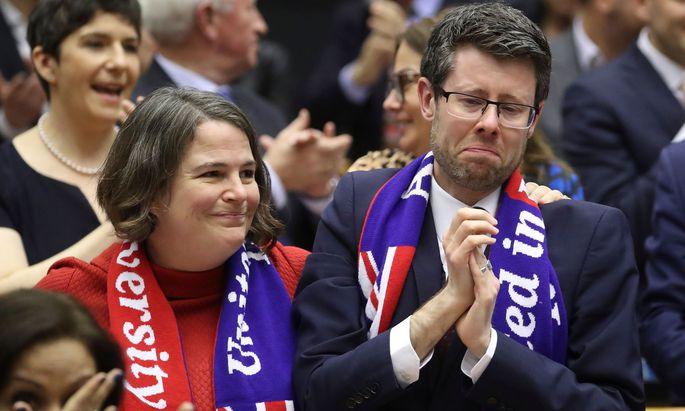 Labour-Mandatare beim emotionalen Abschied.