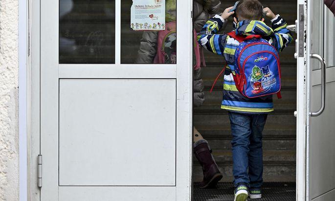 Symboldbild: Auch die Schulnachricht sollen nur die wenigsten Schüler während des Lockdowns abholen.
