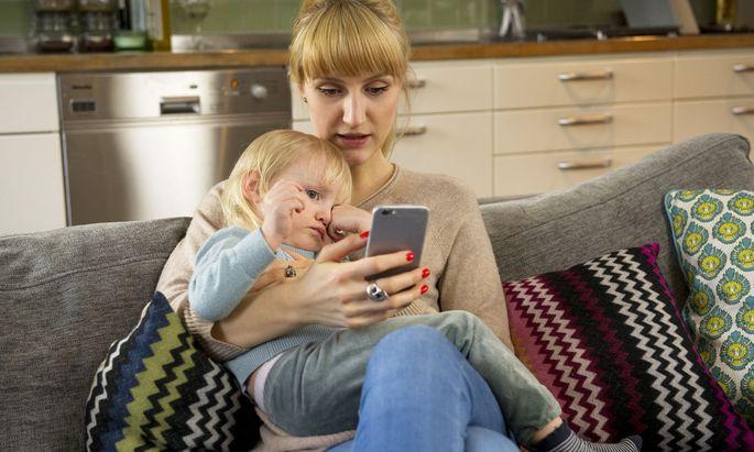Viele Patienten freut der digitale Hausbesuch ohne Wartezeit. Kritiker meinen aber, dass der Teledoktor nur Menschen mit harmlosen Leiden helfe und das Budget strapaziere.