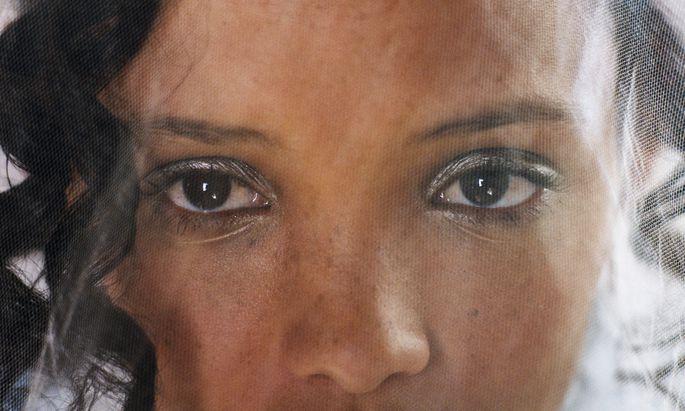 Die Hochzeit wird für Braut Natalie (Nicole Fortuin) zum Albtraum. Danach flüchtet sie mit einer Freundin Hals über Kopf durch die Halbwüste Karoo.