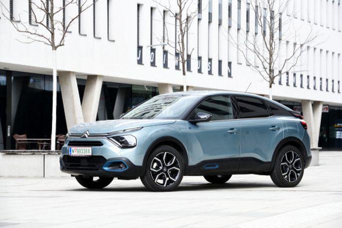 Höher aufbauend als die Verbrenner der Baureihe: Citroën ë-C4, mit dem die Marke alte Stärken in Sachen Eigenart und Fahrkomfort wiederentdeckt – gerade elektrisch.